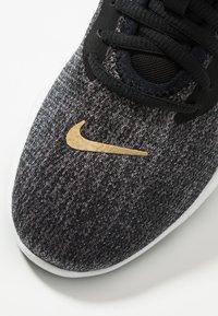 Nike Performance - FLEX TRAINER 9 - Obuwie treningowe - black/metallic gold/gunsmoke - 5