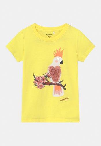 NMFJAKOBE  - Print T-shirt - lemon verbena