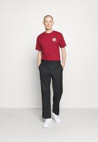 Vans - HOLDER CLASSIC - Print T-shirt - cardinal - 1