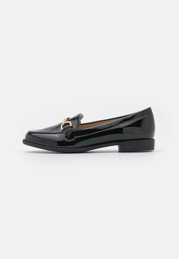 WIDE FIT CHANTELINE - Slippers - black
