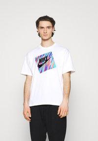 Nike Sportswear - TEE WILD - T-shirt con stampa - white - 0
