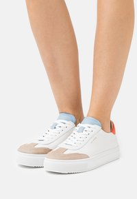 Pavement - CAMILLE - Sneakers laag - white/orange - 0