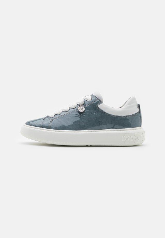 FLORA - Sneakers laag - jeans bardy/weiß samoa