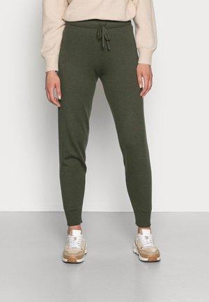 ZAMONA STRING PANT - Teplákové kalhoty - green olive