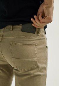 Massimo Dutti - MIT FISCHGRÄTENMUSTER  - Slim fit jeans - ochre - 4