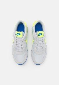 Nike Sportswear - MD VALIANT UNISEX - Trainers - grey fog/volt/game royal/white - 3