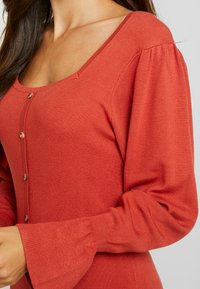 Lost Ink - BUTTON FRONT SQUARE NECK FULL SLEEVE DRESS - Strikkjoler - rust - 4