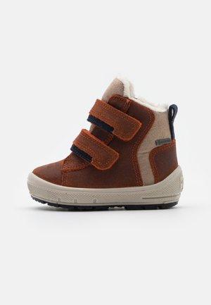 GROOVY - Zimní obuv - orange/blau