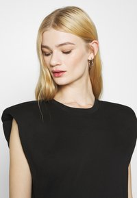 Monki - ALVINA SHOULDER DRESS - Jednoduché triko - black - 3