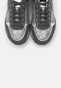 Colmar Originals - TRAVIS PUNK - Baskets basses - grey/silver - 6