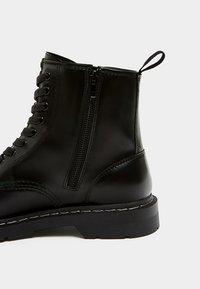 PULL&BEAR - Šněrovací kotníkové boty - black - 5