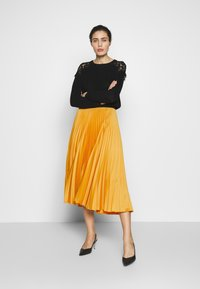 Closet - CLOSET PLEATED SKIRT - A-line skirt - mustard - 1