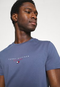 Tommy Hilfiger - ESSENTIAL - T-shirt z nadrukiem - faded indigo - 3