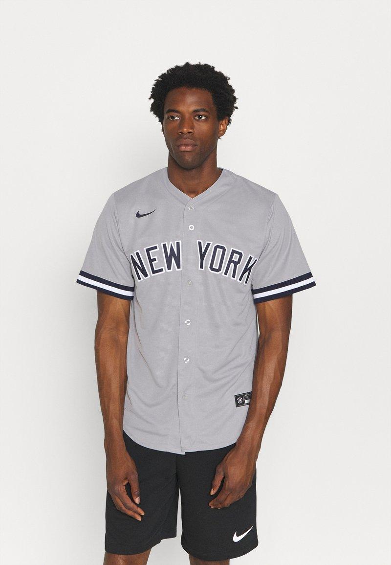 Nike Performance - MLB NEW YORK YANKEES OFFICIAL REPLICA ROAD  - Klubbkläder - dugout grey