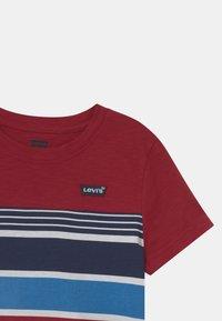 Levi's® - HIGH LOW HEM UNISEX - T-shirt print - biking red - 2