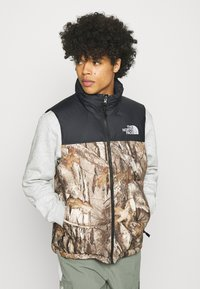 The North Face - 1996 RETRO NUPTSE VEST UNISEX - Waistcoat - kelp tan - 0