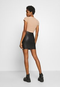 Pieces - PCNEW SHINY SKIRT - Jupe crayon - black - 2