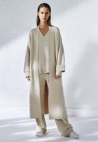 Massimo Dutti - MIT V-AUSSCHNITT - Sweatshirt - beige - 1