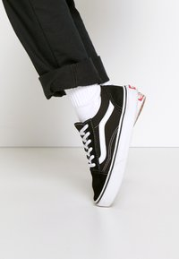 Vans - OLD SKOOL - Sneakersy niskie - black/true white - 0