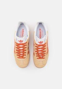 adidas Originals - GAZELLE UNISEX - Baskets basses - hazy beige/fox orange - 5