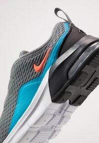 Nike Sportswear - AIR MAX MOTION 2  - Sneakers laag - smoke grey/hyper crimson/black/laser blue - 5