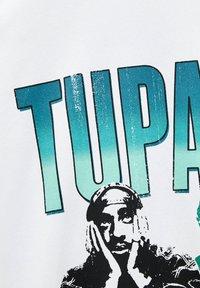 PULL&BEAR - TUPAC SHAKUR - T-shirt con stampa - white - 5