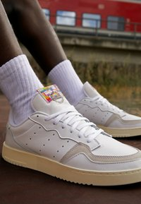 adidas Originals - SUPER COURT SPORTS INSPIRED SHOES - Zapatillas - footwear white/offwhite - 2