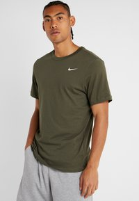 Nike Performance - Basic T-shirt - cargo khaki/white - 0