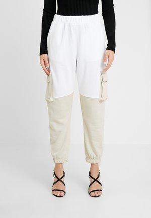 COLOURBLOCK PANEL - Tracksuit bottoms - white/camel