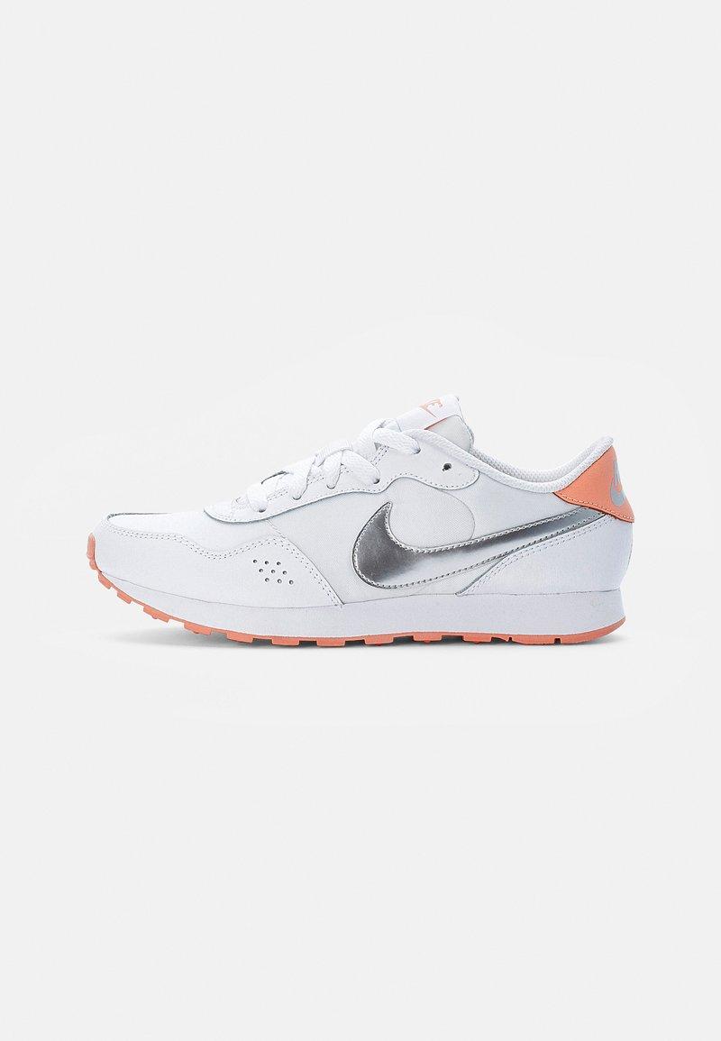 Nike Sportswear - NIKE VALIANT - Sneakers laag - white/ silver-crimson bliss