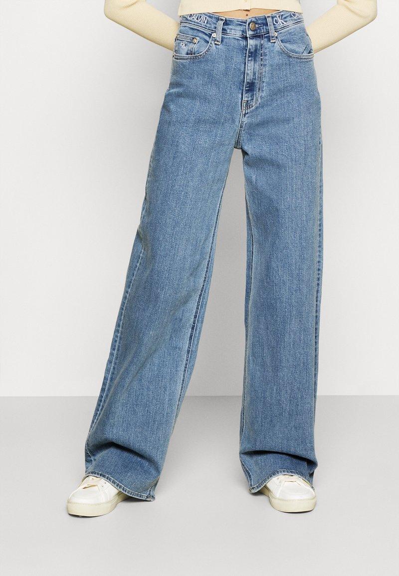 Calvin Klein Jeans - WIDE LEG - Široké džíny - denim medium