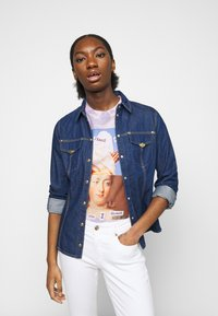 Versace Jeans Couture - Print T-shirt - blue bell/pink confetti - 3