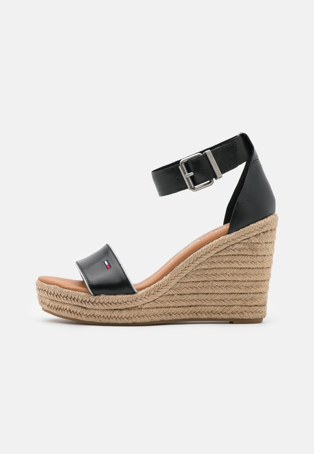 ESSENTIAL WEDGE - Sandalen met plateauzool - black