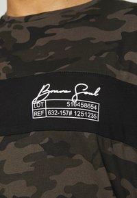 Brave Soul - GECKO - Print T-shirt - khaki/jet black/optic white - 4