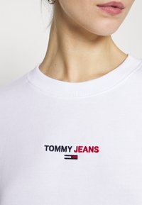 Tommy Jeans - LINEAR CREW NECK - Bluza - white - 5