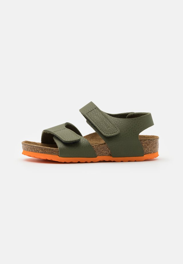 PALU LOGO - Sandalias - desert soil moss green/orange
