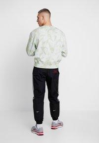 Nike Sportswear - Träningsbyxor - black/particle grey/white - 2