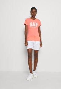 GAP - OUTLINE TEE - T-shirt z nadrukiem - pink reef - 1