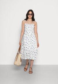 Abercrombie & Fitch - SMOCKED BODICE MIDI DRESS - Vestito estivo - white floral - 1