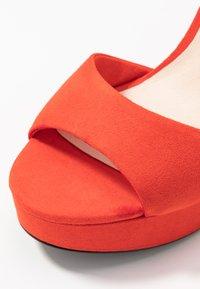 Vero Moda - VMCLOVER  - Sandály na vysokém podpatku - aurora red - 2