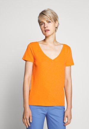 VINTAGE V NECK TEE - Jednoduché triko - orange slice