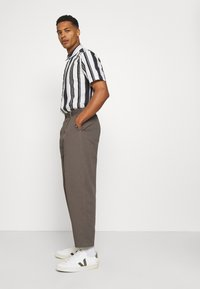 Vintage Supply - PLEATED TROUSER - Trousers - charcoal - 3