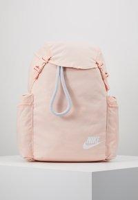 Nike Sportswear - HERITAGE - Batoh - washed coral/sky grey/white - 0