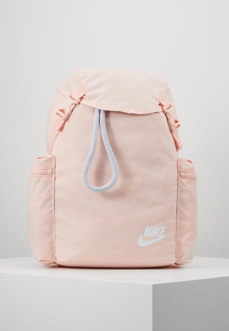 Nike Sportswear - HERITAGE - Batoh - washed coral/sky grey/white