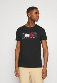 Tommy Hilfiger - LOGO BOX STRIPE TEE - T-shirt z nadrukiem - black - 0