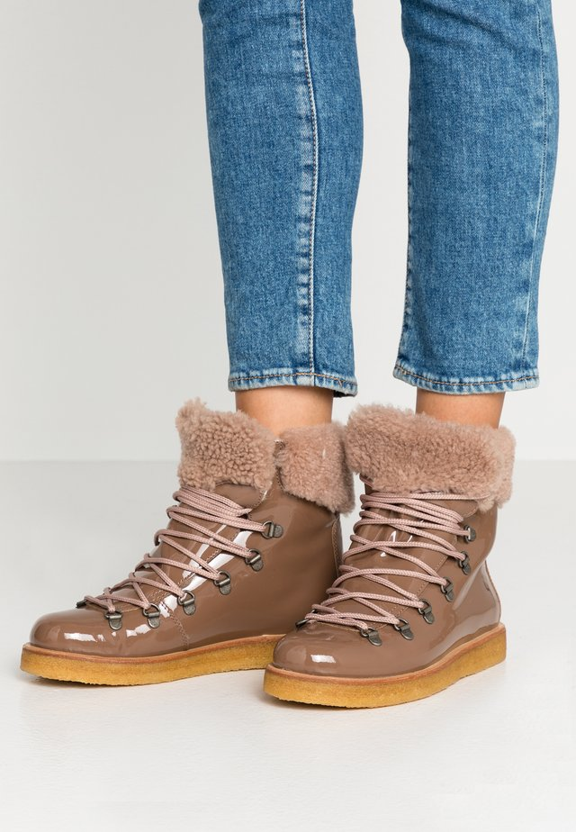 Lace-up ankle boots - verniz