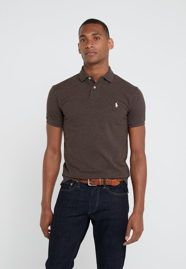SLIM FIT MODEL - Poloskjorter - alpine brown heat