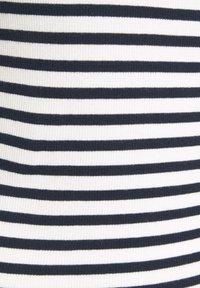 TOM TAILOR DENIM - TEE WITH FRILLED EDGES - Triko spotiskem - navy/white - 6