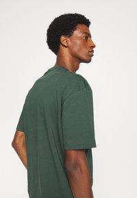Selected Homme - SLHLOOSEGILMAN O NECK TEE - Basic T-shirt - sycamore - 5