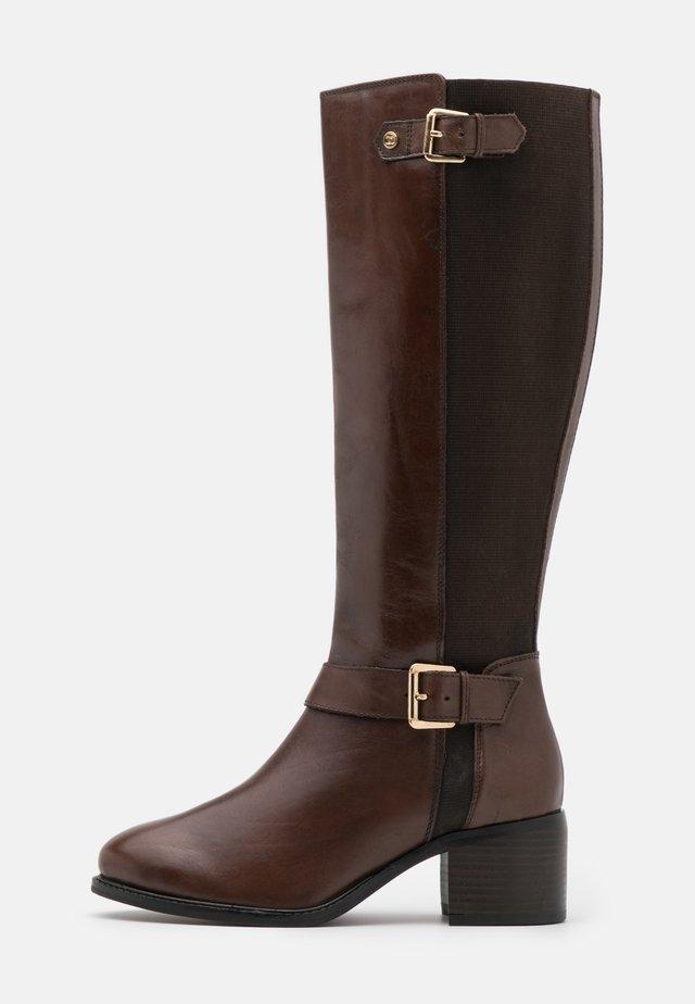 WIDE FIT TILDAS - Høje støvler/ Støvler - brown